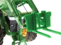 Treckerheld Palettengabel grün an Siku Control 32 John Deere 7R nah