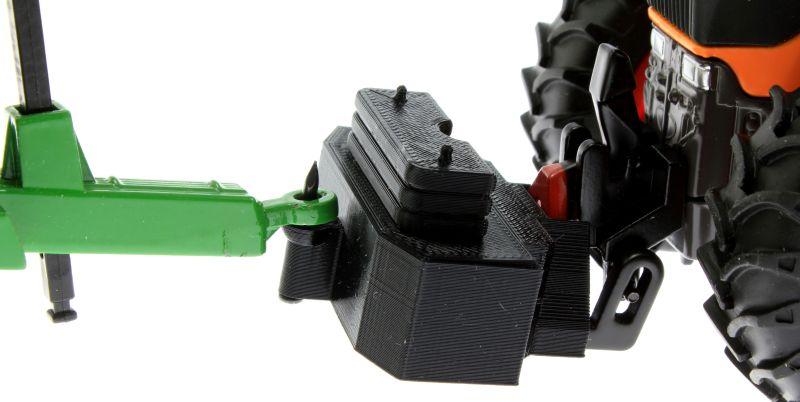 Treckerheld Gewicht Panther mit Dorn in schwarz an Siku Fendt 920 Kommunal und Krampe Anhänger nah