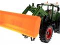 Schiebeschild orange an Siku Control 32 Fendt 939 Vario 6778 vorne links