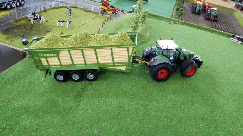 Traktorado 2014 in Husum - Fendt Traktor mit Krone Streuwagen
