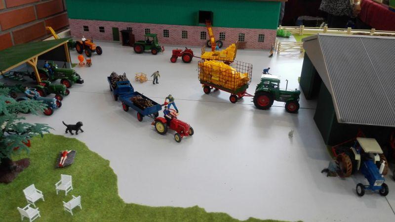 Traktorado 2014 in Husum - Hoflandschaft mit alten Treckern
