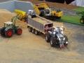 Traktorado 2014 in Husum - Siku Controll Bagger und Fendt beim Sandverladen
