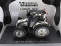 Universal Hobbies 2931 - Valtra N 142 Cow Edition mit Kuhflecken Diorama