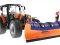 Wiking 71305 und 077389 - Claas Arion 640 Kommunal mit Traktorstreuer Schmidt Traxos FS 12 unten vorne links