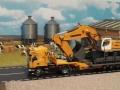 Siku Bagger auf LKW mit Megatrailer Verbreiterung Gelb