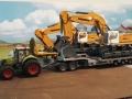 Siku Bagger auf LKW mit Megatrailer Tieflader Verbreiterung an Dolly links