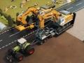 Siku Bagger auf LKW mit Megatrailer Tieflader Verbreiterung an Dolly oben