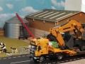 Siku Bagger auf gelben LKW mit Megatrailer Tieflader Verbreiterung 2