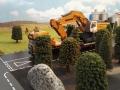 Siku Bagger auf gelben LKW mit Megatrailer Tieflader Verbreiterung vorne