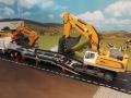 Siku Bagger befährt LKW Tieflader Verbreiterung oben