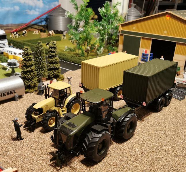 Siku Traktoren Claas Xerion 5000 und John Deere Militär 1:32
